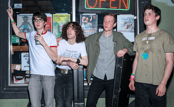 "Car Seat Headrest tocó una nueva versión de ""Unforgiving Girl (She's Not An)"" en Conan"