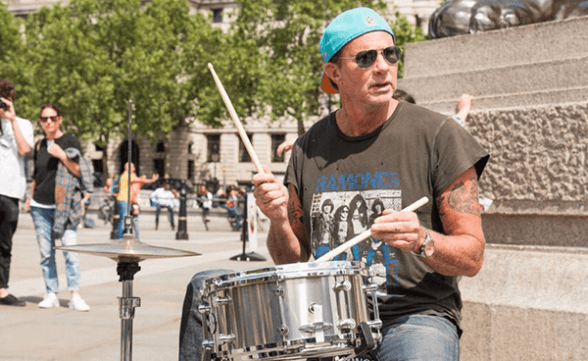 Chad Smith de Red Hot Chili Peppers toca en plena calle con músico local