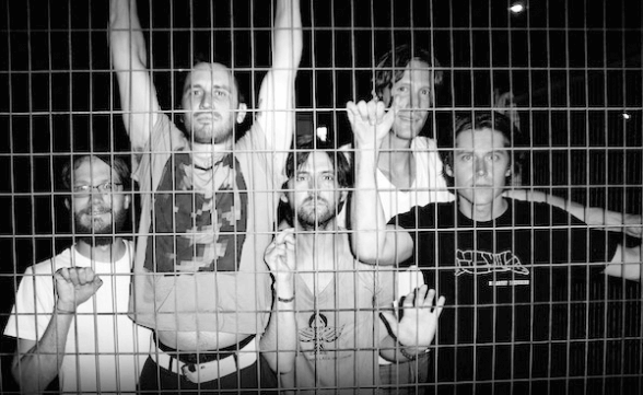 """Desaparecidos tocó """"City On The Hill"""" en Late Night With Seth Meyers"""