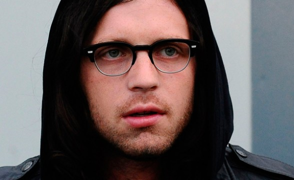 Baterista de Kings Of Leon resulta herido tras accidente en bus