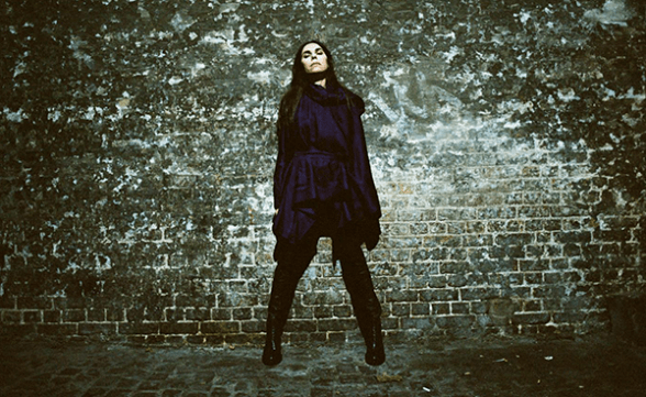 "PJ Harvey estrenó dos nuevas canciones: ""A Dog Called Money"" y ""I'll Be Waiting"""