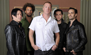 """Queens Of The Stone Age tocó """"The Vampyre Of Time And Memory"""" en Conan"""