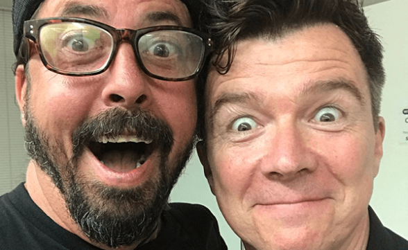 "Foo Fighters invitó a Rick Astley al escenario para tocar ""Never Gonna Give You Up"""