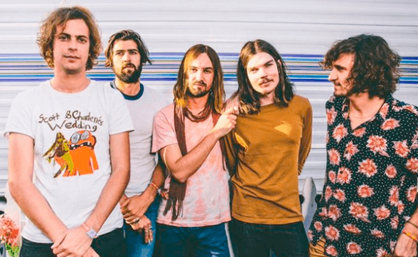 "Tame Impala tocó ""The Less I Know, The Better"" en Late Show With Stephen Colbert"