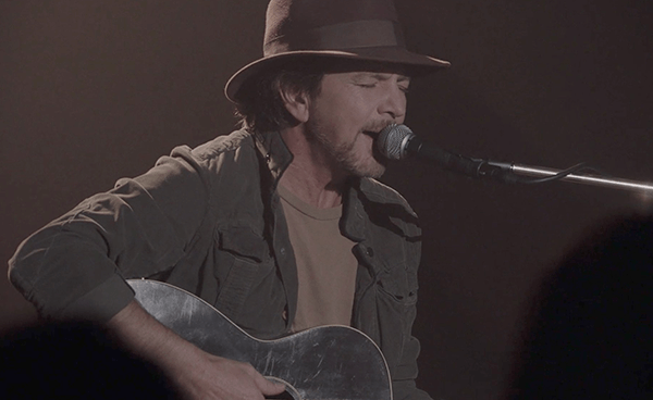 "Eddie Vedder apareció en Twin Peaks tocando ""Out Of Sand"""