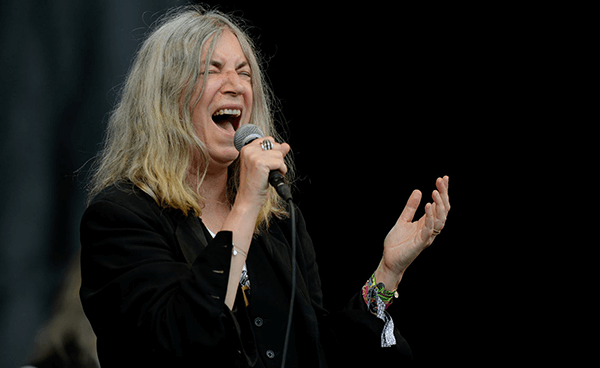 "Patti Smith tocó ""People Have The Power"" en Fallon"