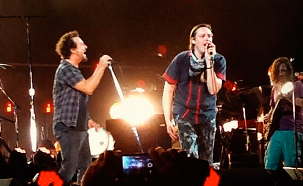 "Pearl Jam y Win Butler (Arcade Fire) cantaron ""Rockin' In The Free World"""